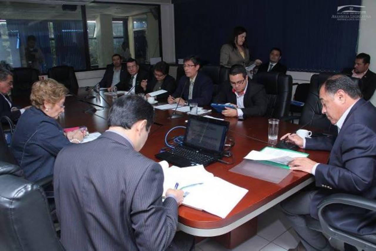 La Comisión de Hacienda acordó ayer también autorizar a las alcaldías usar el 25% de Fodes para pagar salarios / EDH/