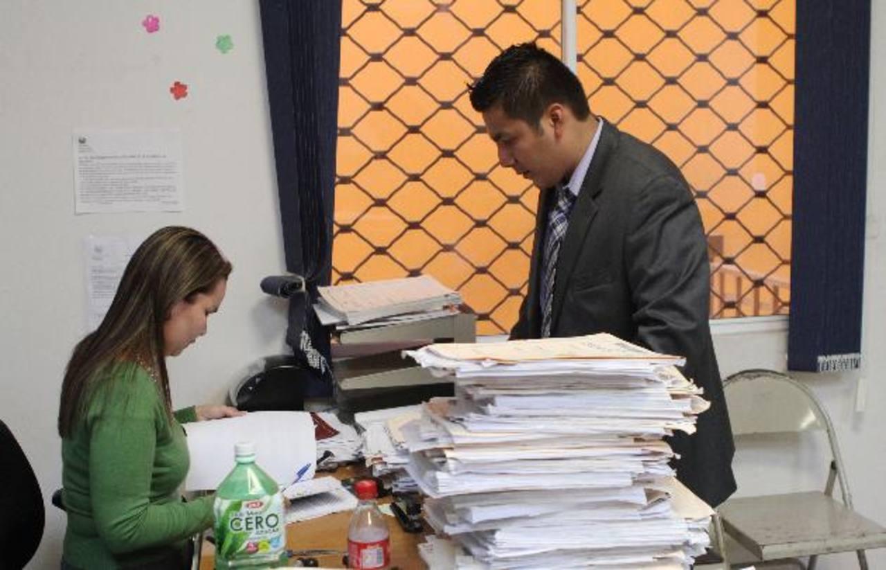 El abogado Edgar Armando Chávez González, presentó la demanda por incumplimiento de contrato de arrendamiento ayer en el Juzgado de lo Civil de Santa Tecla. Foto EDH / Óscar Iraheta
