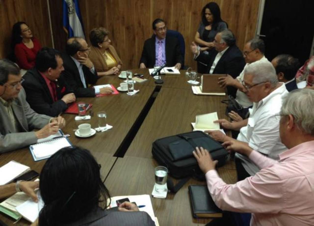 Representantes del sindicato de médicos del Rosales y autoridades de Salud en reunión en la PDDH. Foto EDH/cortesía