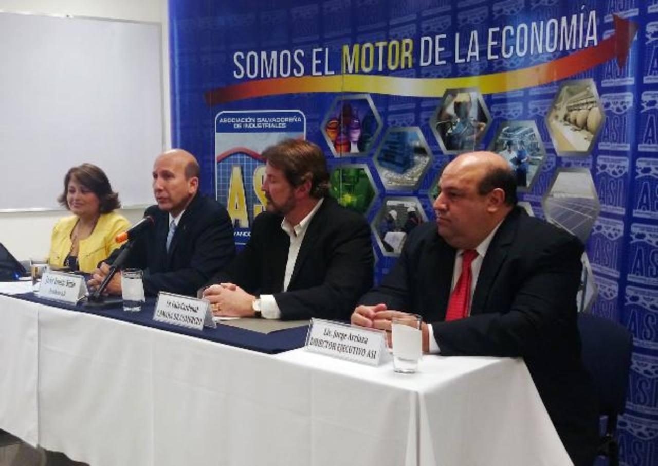 Javier Simán presidente de la ASI y Luis Cardenal presidente de Camarasal (al centro) hablaron de la problemática.