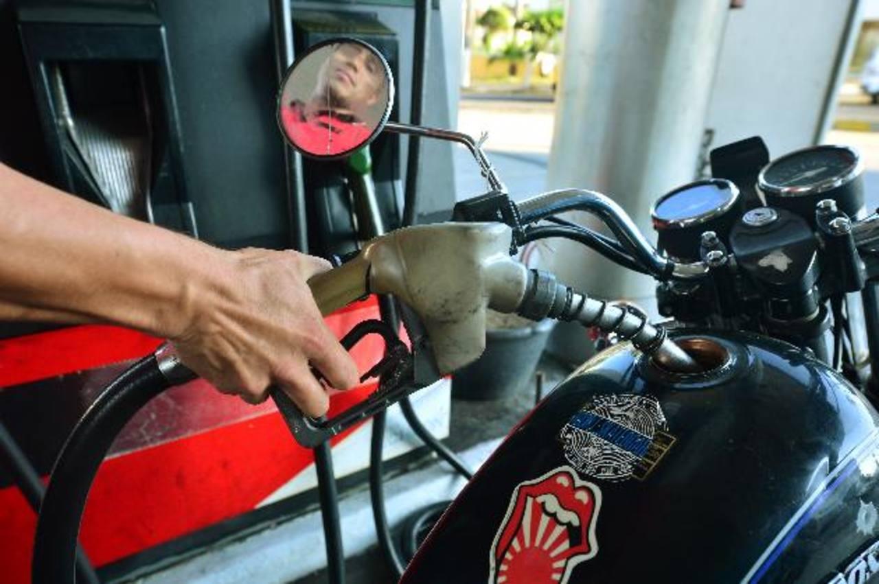 Precios hasta ayer, para este martes deberían bajar hasta en $0.33 por galón. Foto EDH/ r.q