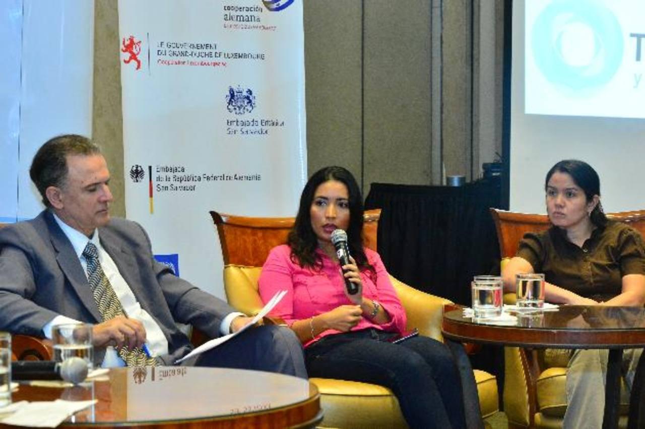 El periodista argentino Daniel Santoro y las periodistas Edmee Velásquez y Yolanda Magaña en el foro. Foto EDH / René Quintanilla