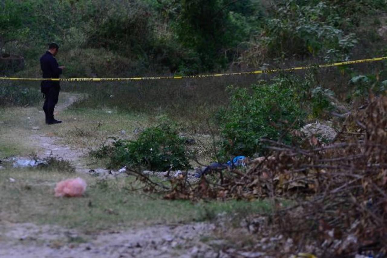 Ayer fue asesinado un supuesto pandillero al costado de una cancha, en la colonia San José de Soyapango. Foto EDH / César Avilés