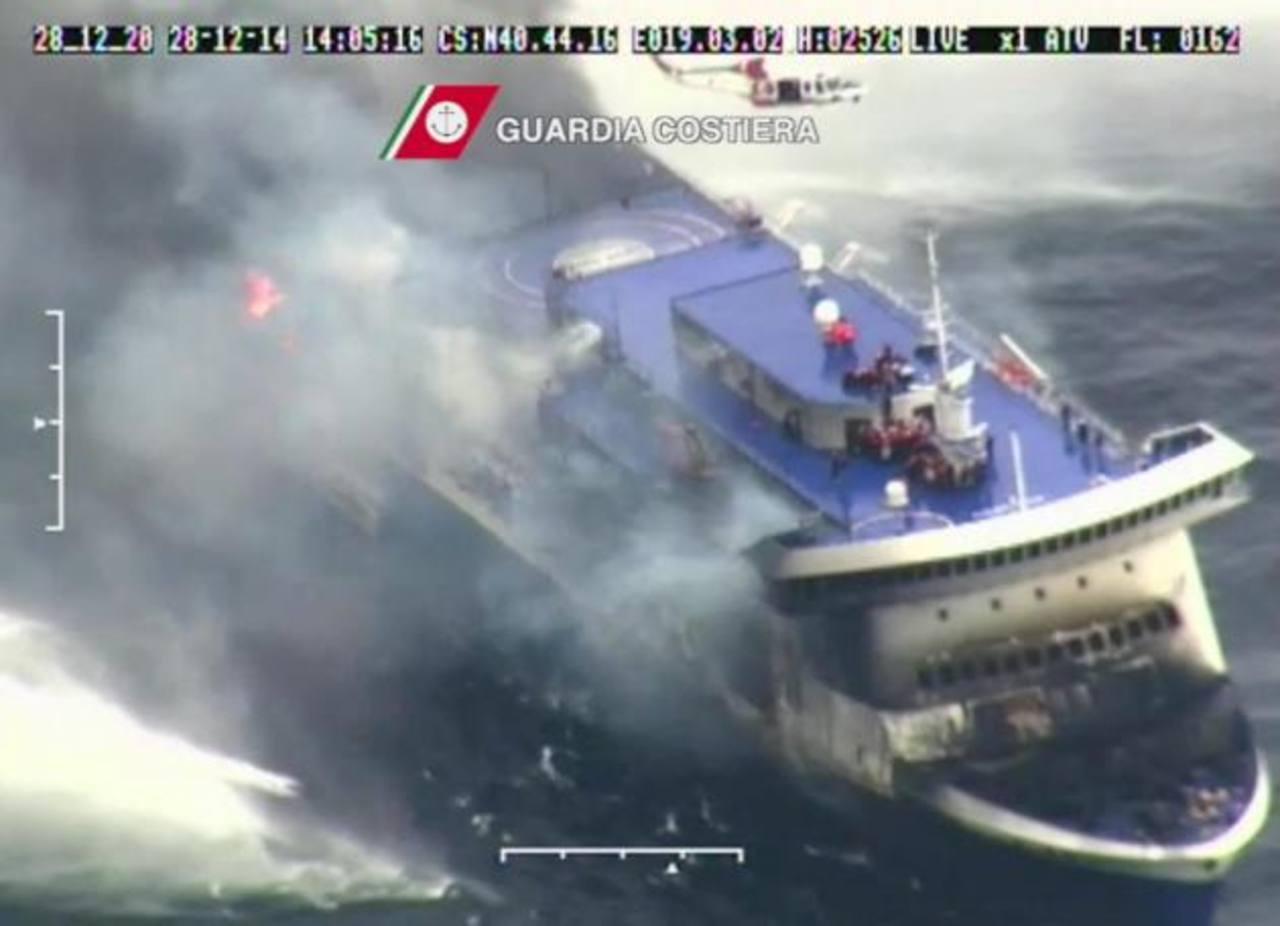 """Imagen de la Guardia Costera italiana, que muestra llamas y humo en el ferry """"Norman Atlantic"""", el cual transportaba 478 personas de Grecia a Italia. foto edh / efe"""
