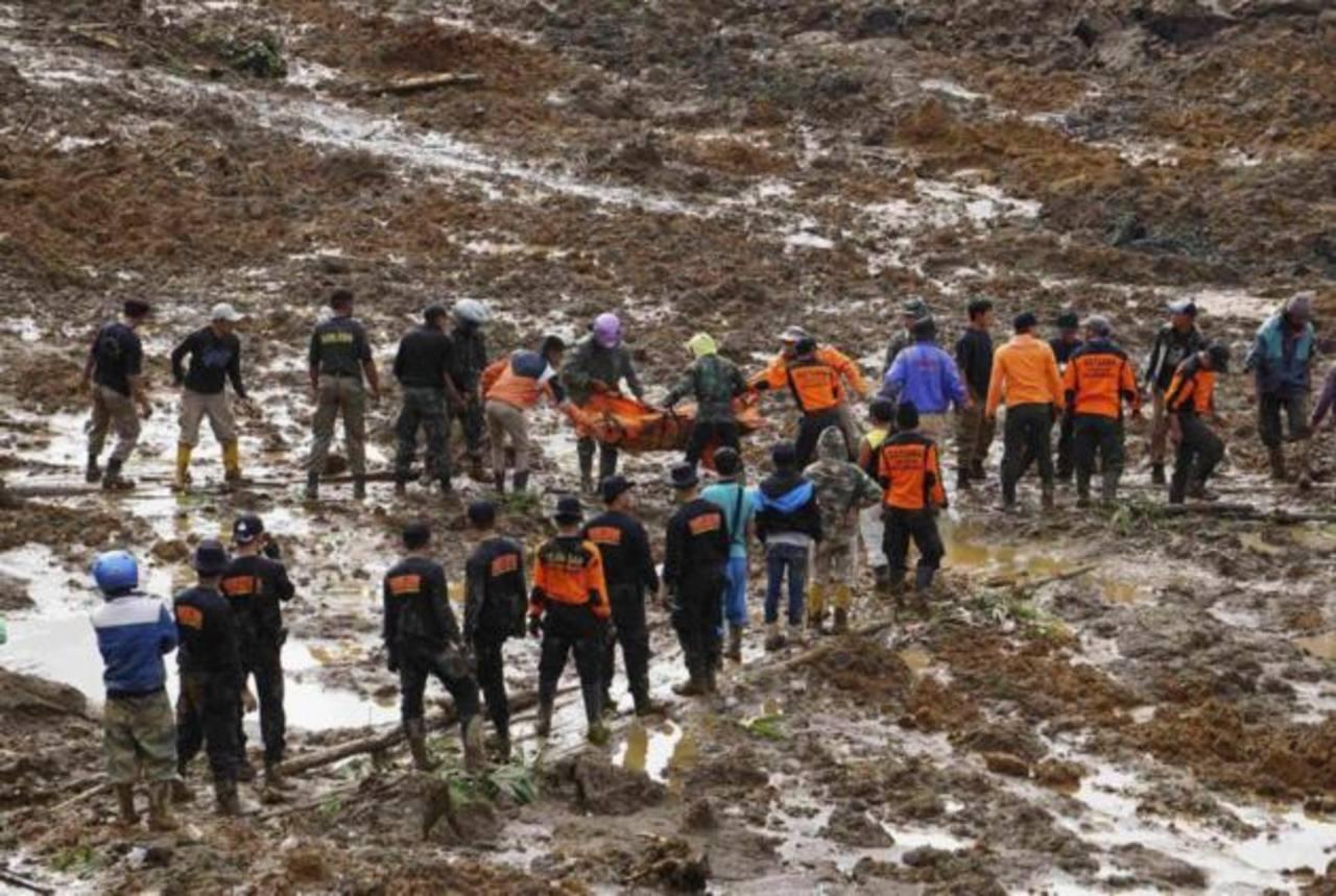 Rescatistas buscan a decenas de desaparecidos tras alud en Indonesia