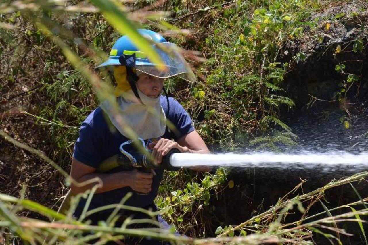 La emergencia atendida el miércoles por los bomberos preocupó a muchos de los habitantes de Santa Rosa de Lima, quienes piden que se instale una base en la zona. foto edh / carlos segovia