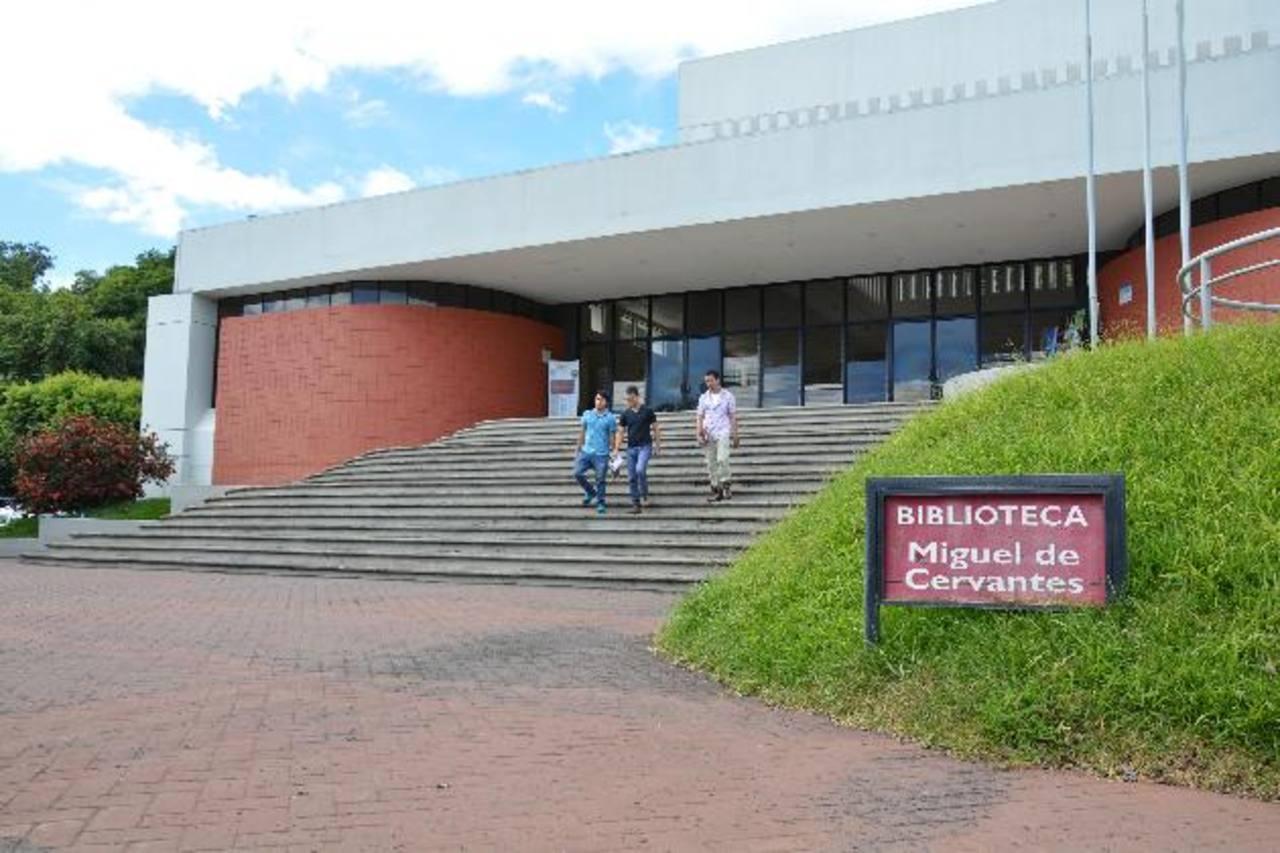 Las instalaciones de la biblioteca albergan una de las colecciones más completas en el occidente del país.