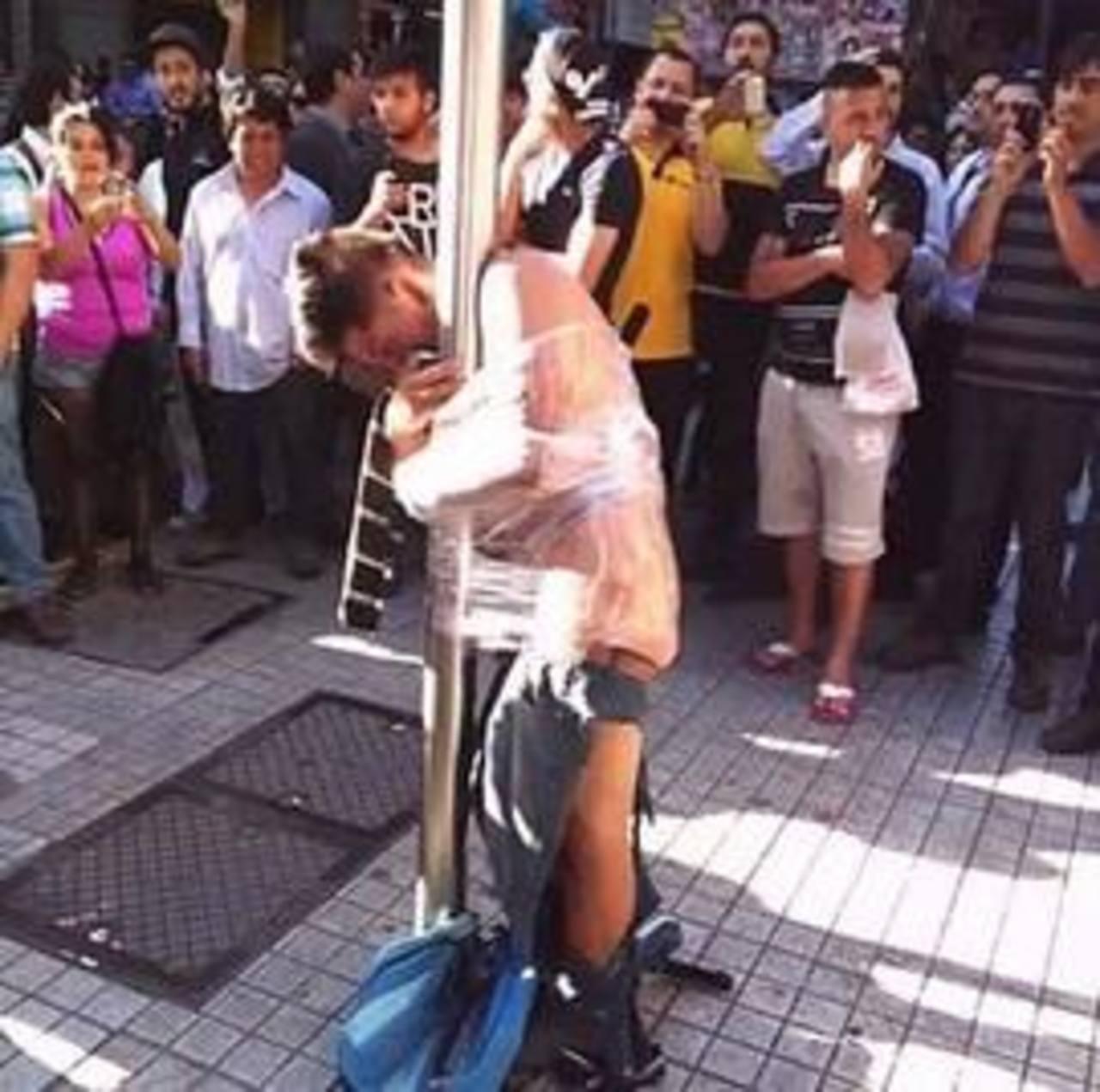 Atan a un poste a ladrón que robó a un anciano en Chile