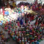 Los muñequitos de barro para adornar el nacimiento en Navidad son vendidos en puestos en la Plaza Gerardo Barrios en San Salvador.