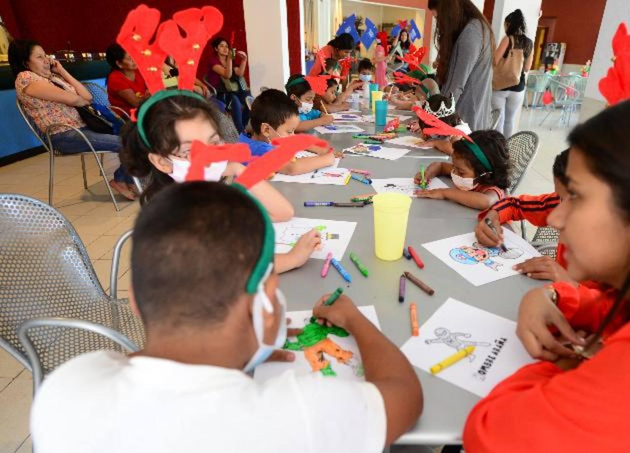 Los voluntarios prepararon este festejo desde hace varias semanas para que los niños pudieran disfrutar y pasar un momento agradable participando en concursos, quiebre de piñatas y más. Foto EDH / Mauricio Cáceres