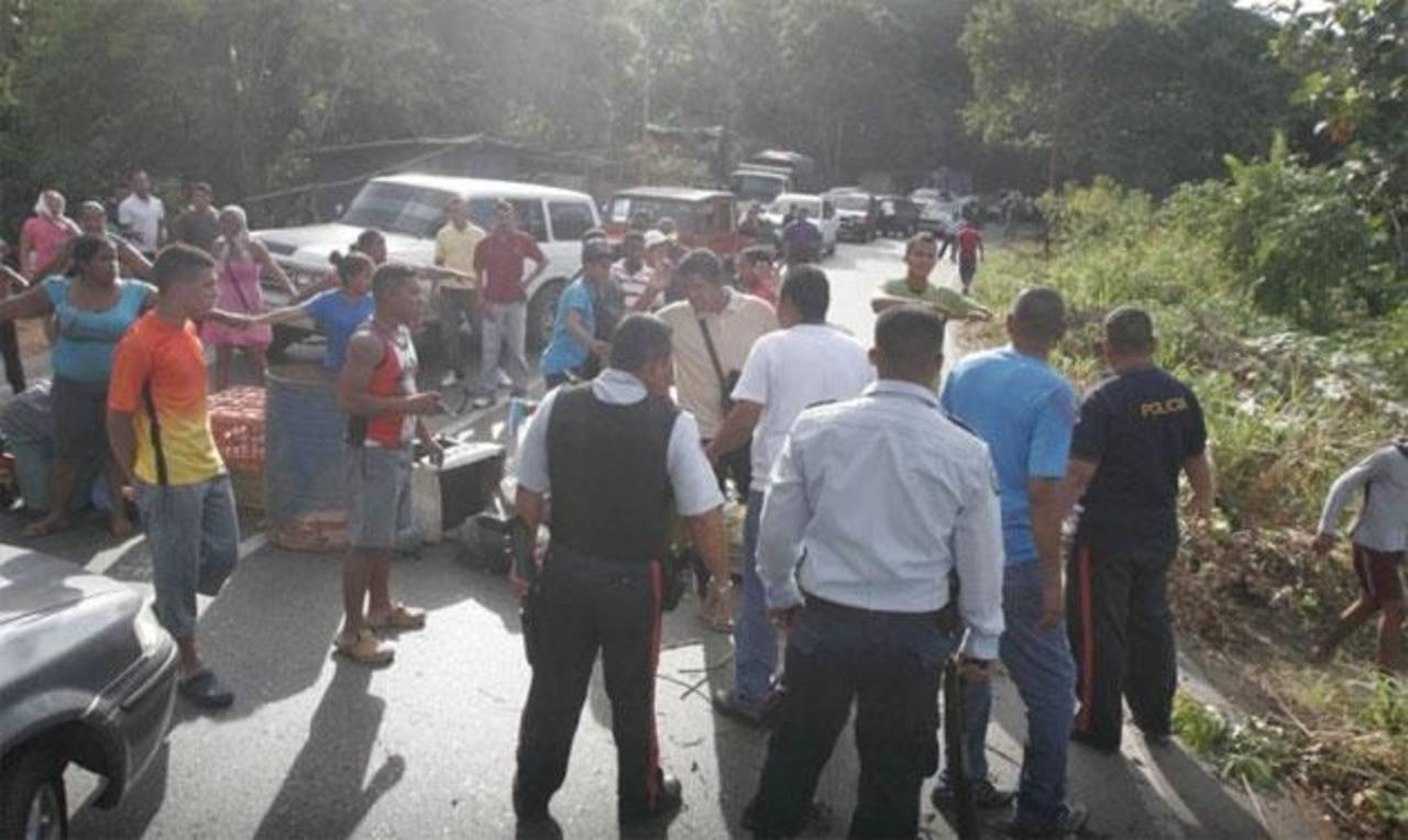 Algunas de las víctimas y residentes de la zona donde fue el atraco protestaron por la inseguridad. foto tomada de El tiempo