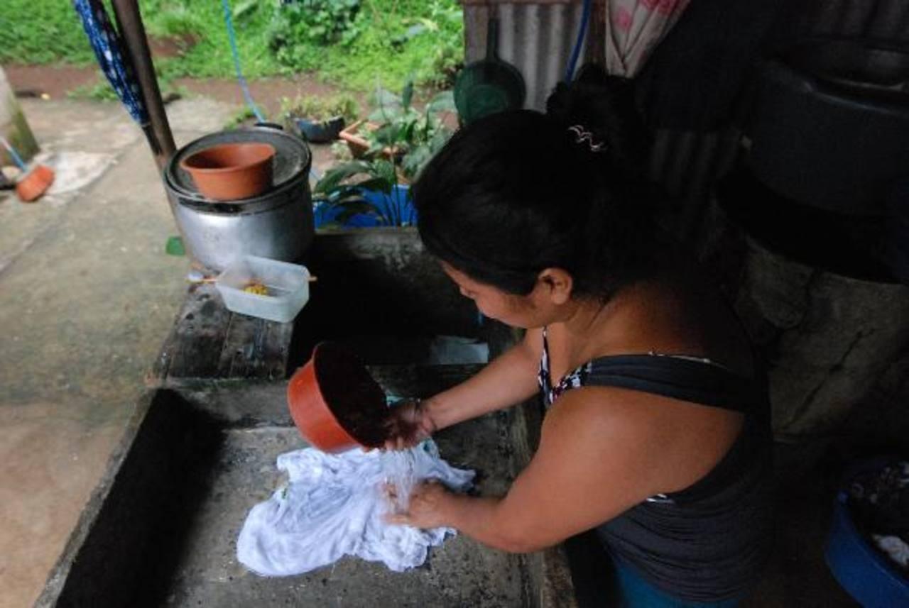 Zoila no ha dejado de realizar algunas tareas de la casa; pese a los fuertes dolores de cabeza que a veces experimenta. fotos edh / Cristian Díaz