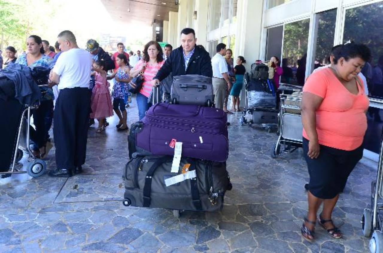 El Aeropuerto Internacional lucía lleno de personas recibiendo a sus familiares en horas de la mañana. Foto edh / Mauricio Cáceres.