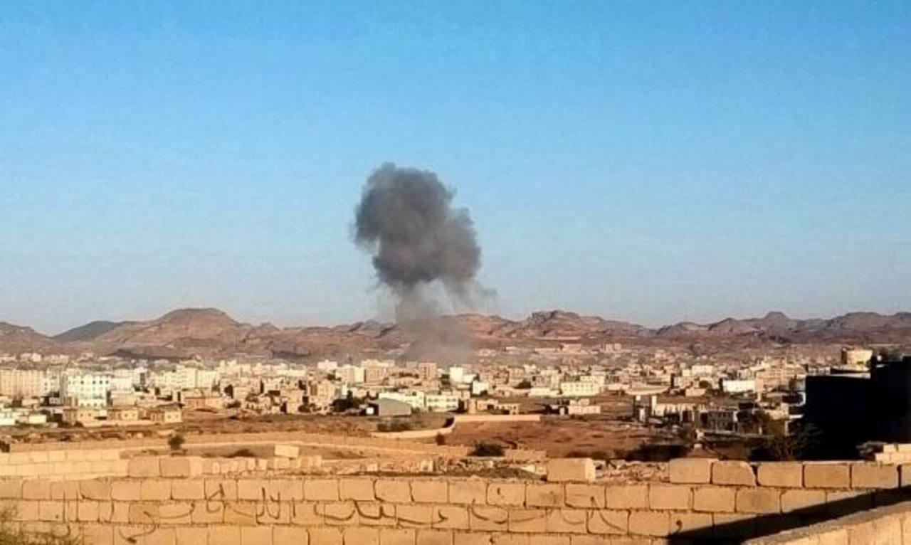 Humo sale de la ciudad de Rada, al sur de la capital yemení, donde dos coches bomba explotaron ayer. Foto edh / ap