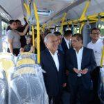 El presidente, Salvador Sánchez; y el vicepresidente, Óscar Ortiz, realizan recorrido en un bus del Sitramss. Foto EDH / Archivo