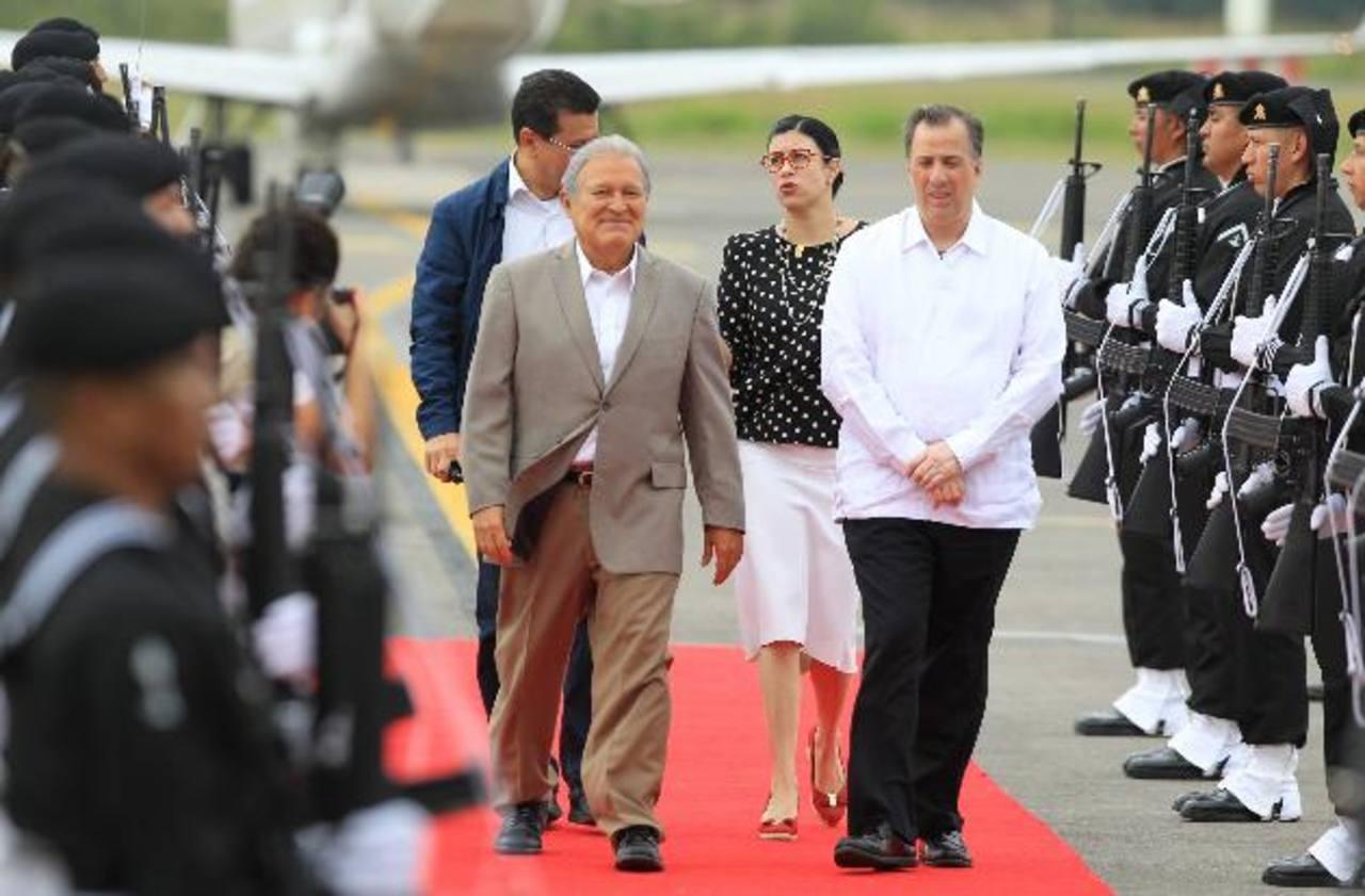 El presidente de El Salvador, Salvador Sánchez Cerén (i), acompañado por el secretario de Relaciones Exteriores, José Antonio Meade (d), a su llegada a México, el domingo.