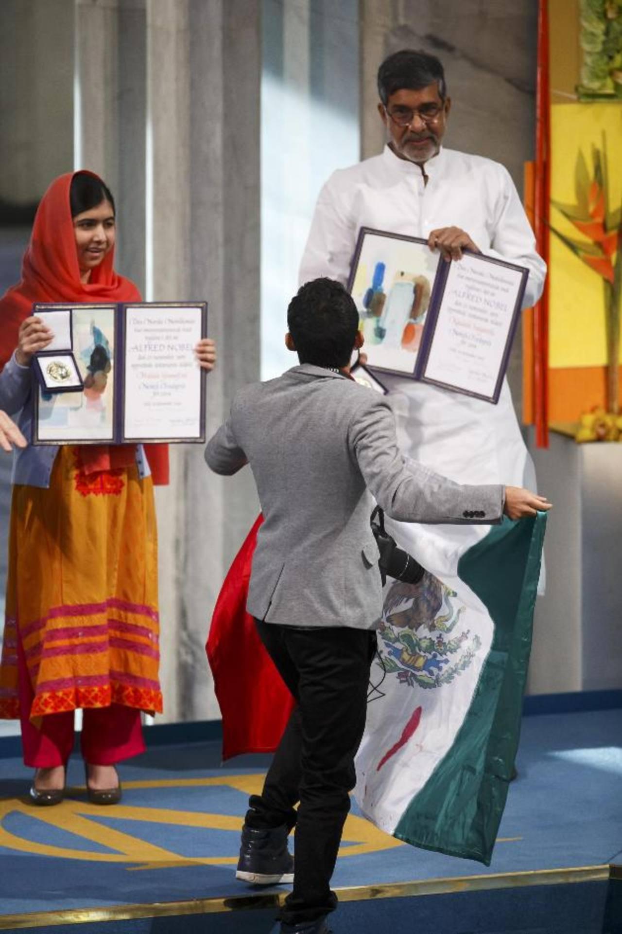 Momento en el que Malala y Satyarthi reciben el premio e interrumpe el mexicano.