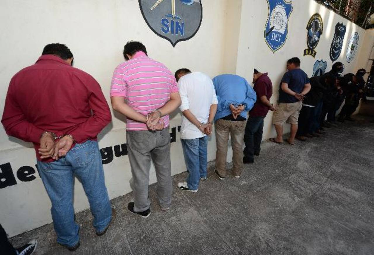 Las autoridades de la PNC se encargaron de presentar a los nueve policías acusados de extorsión que ayer fueron enviados a prisión. Foto EDH / Archivo