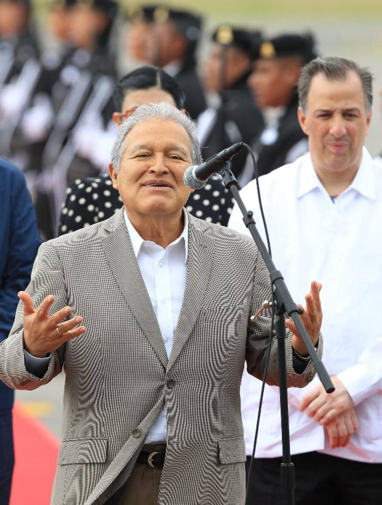 El presidente Salvador Sánchez Cerén el domingo, al llegar al aeropuerto internacional de Veracruz (México). foto edh / EFE