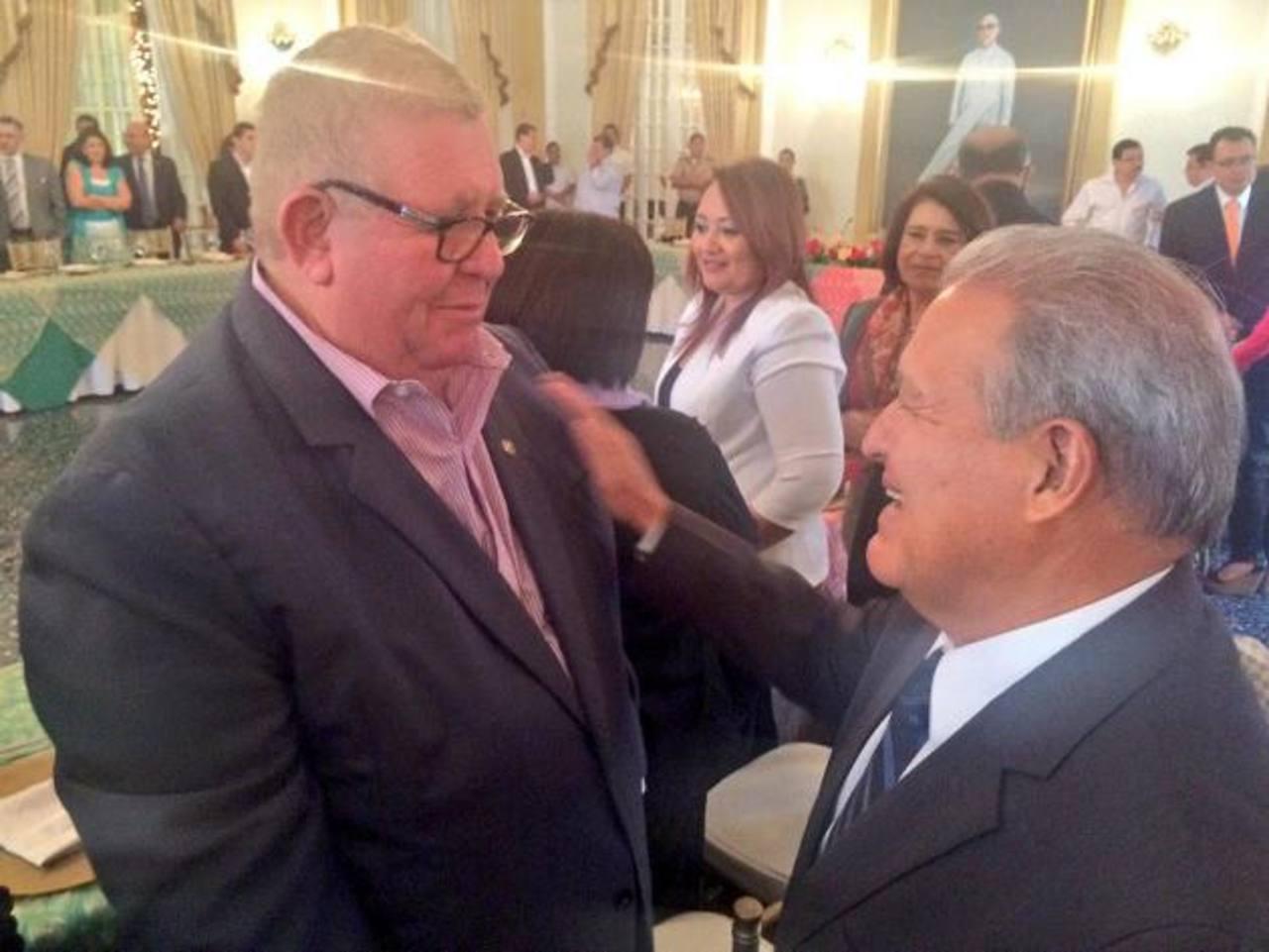 Ministro de Hacienda, Carlos Cáceres (izquierda), con el presidente Salvador Sánchez Cerén (derecha). foto edh / twitter
