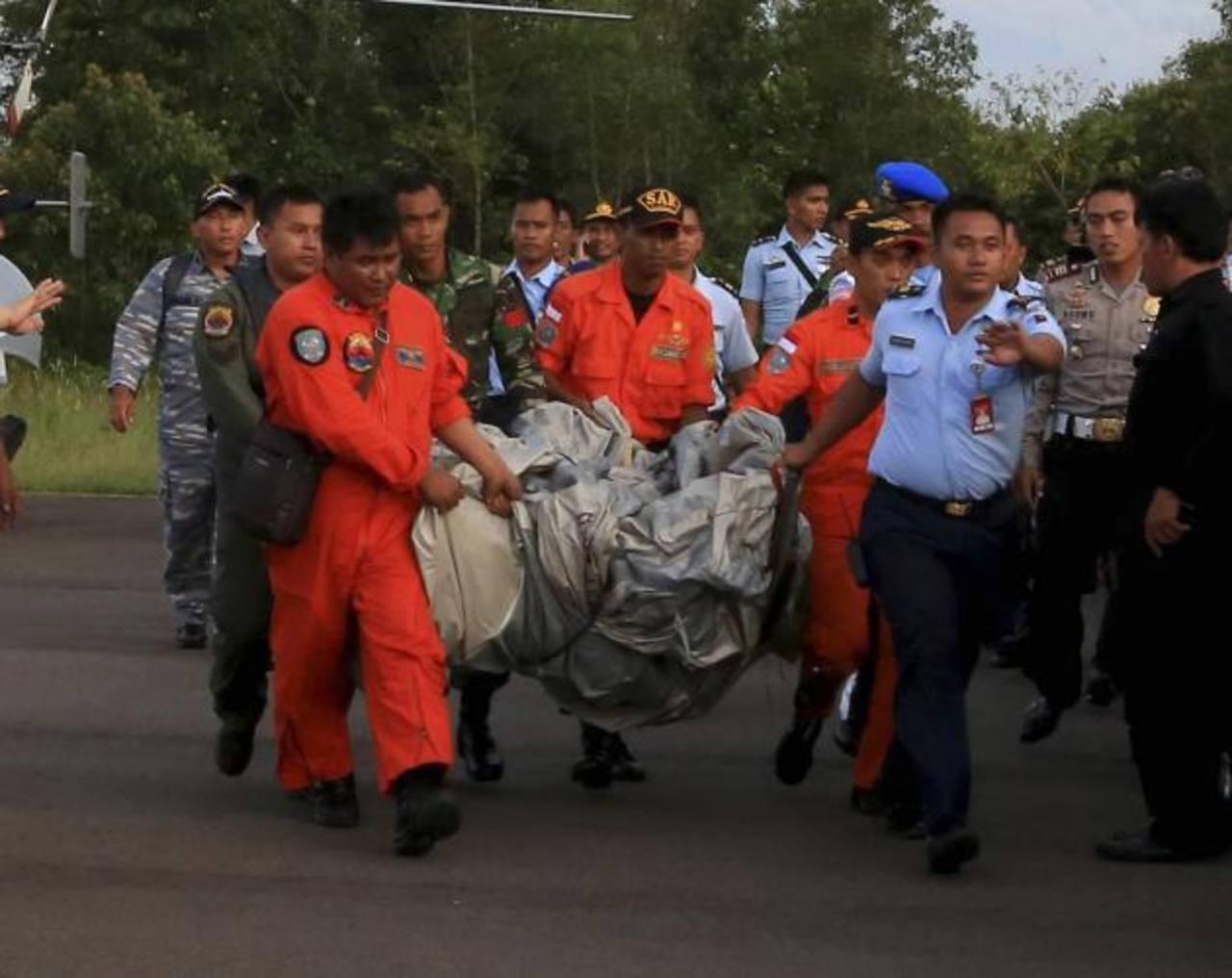 Miembros de las Fuerzas Aéreas trasladan lo que se cree es el tobogán de emergencia del avión de AirAsia desaparecido en Pangkalan Bun (Indonesia). Reuters