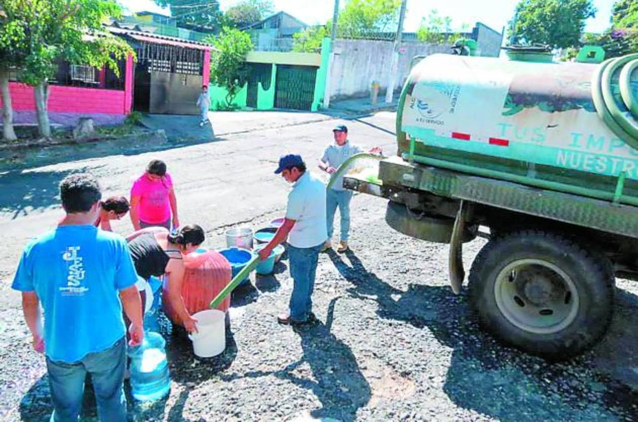 La pipa abasteció de agua a las colonias que se vieron afectadas con la suspensión.