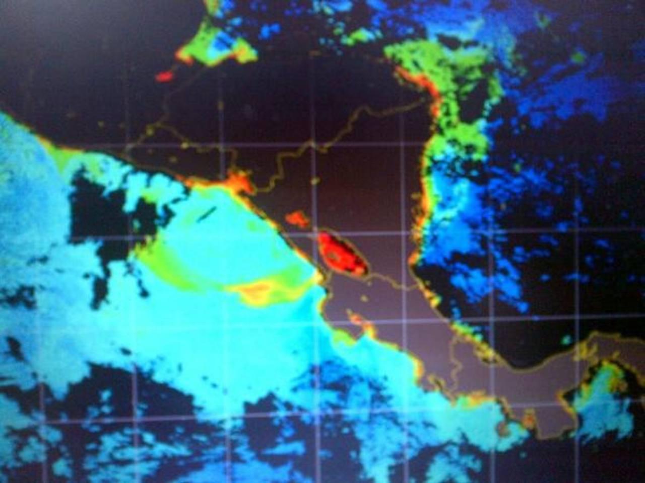Imagen de satélite muestra concentración de microalgas en la costa centroamericana (colores rojo, amarillo y verde), pero que no son tóxicas para el ser humano.