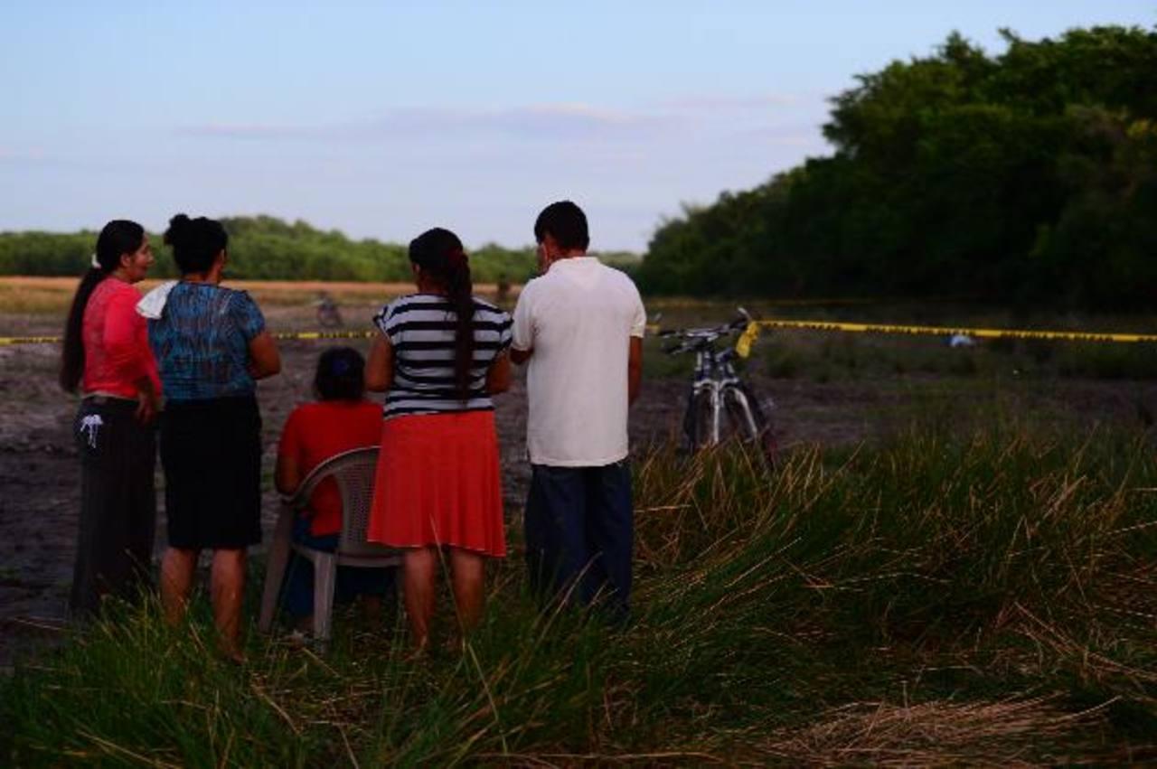 Parientes de dos adolescentes asesinados en San Luis La Herradura, observan los cuerpos de ambos. Foto EDH / Jorge Reyes.