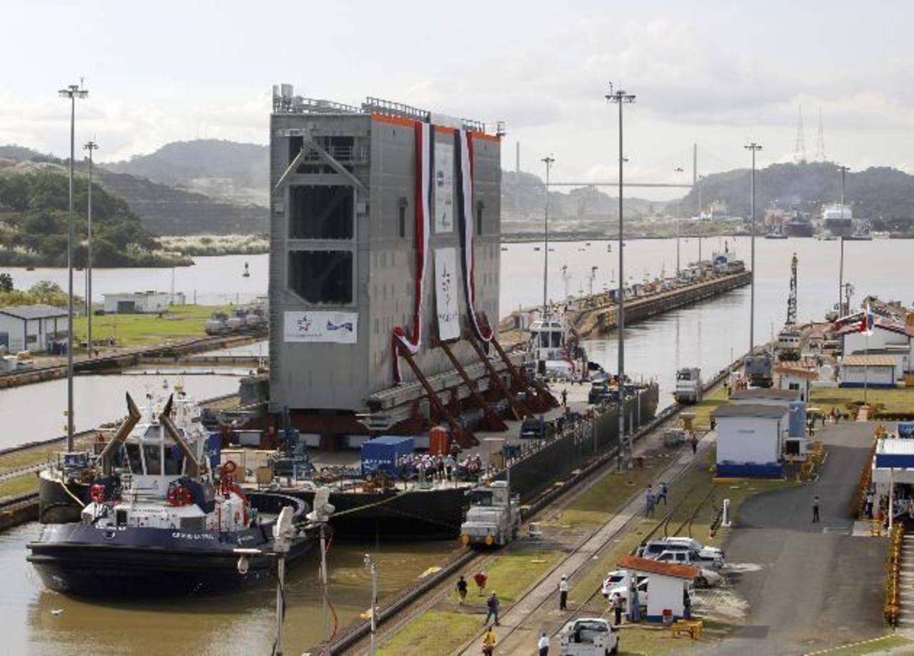 Una de las compuertas por ser utilizada en las nuevas esclusas es transportada a través del Canal de Panamá. Las excavaciones tienen un avance del 83 %, según la ACP. —foto edh / Archivo