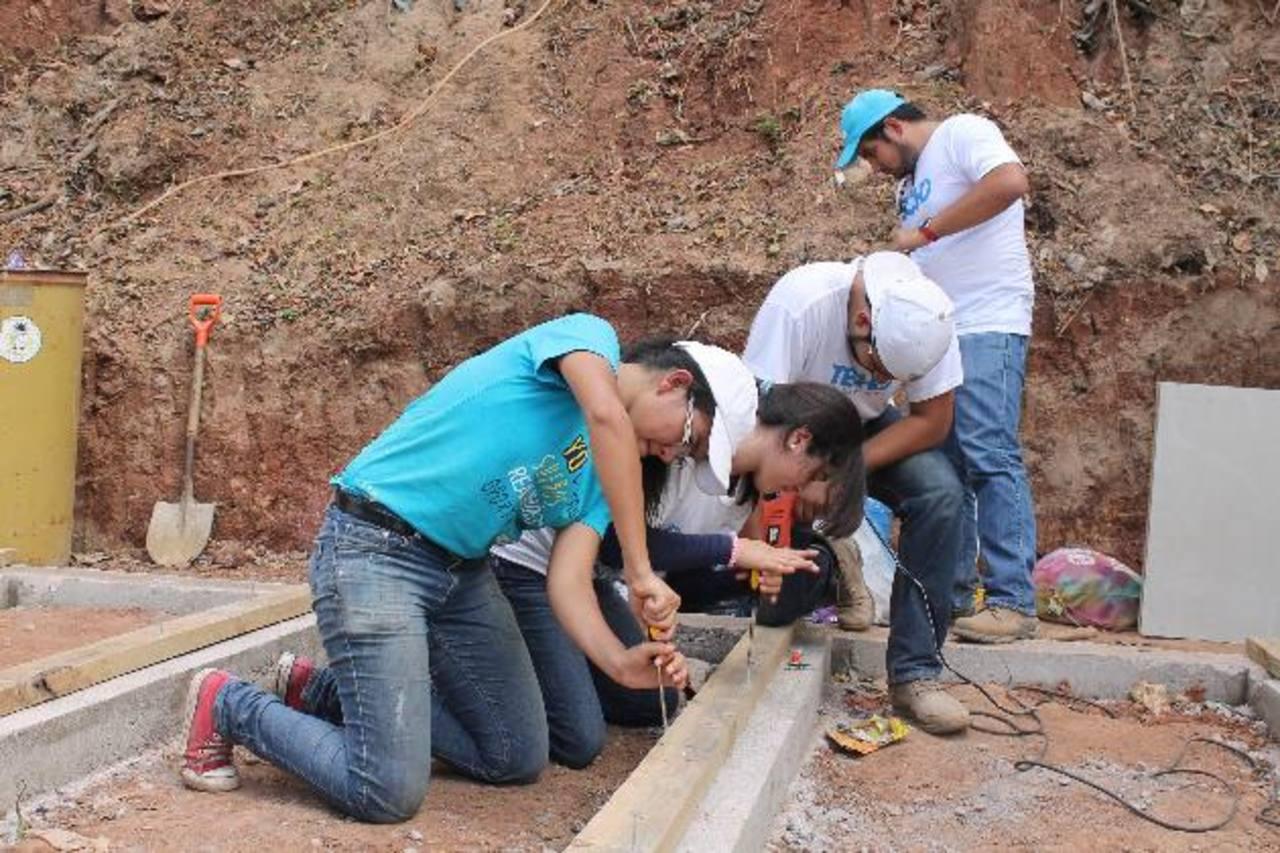 Los jóvenes participaron en diciembre en una construcción, como fruto de su colecta. foto edh