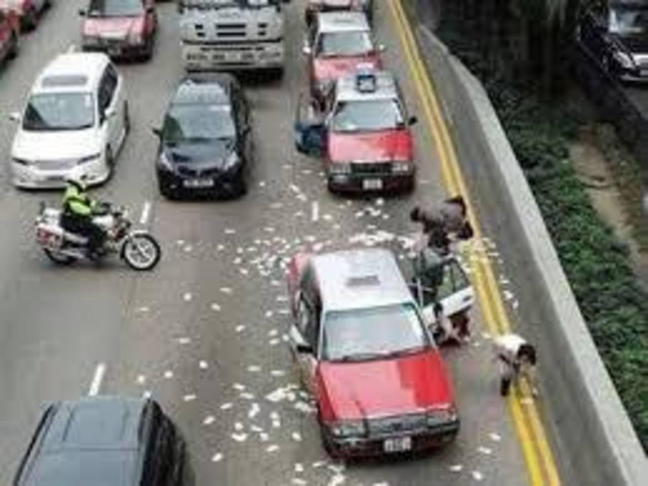 """Dos detenidos por la """"lluvia"""" de billetes en Hong Kong en Nochebuena"""