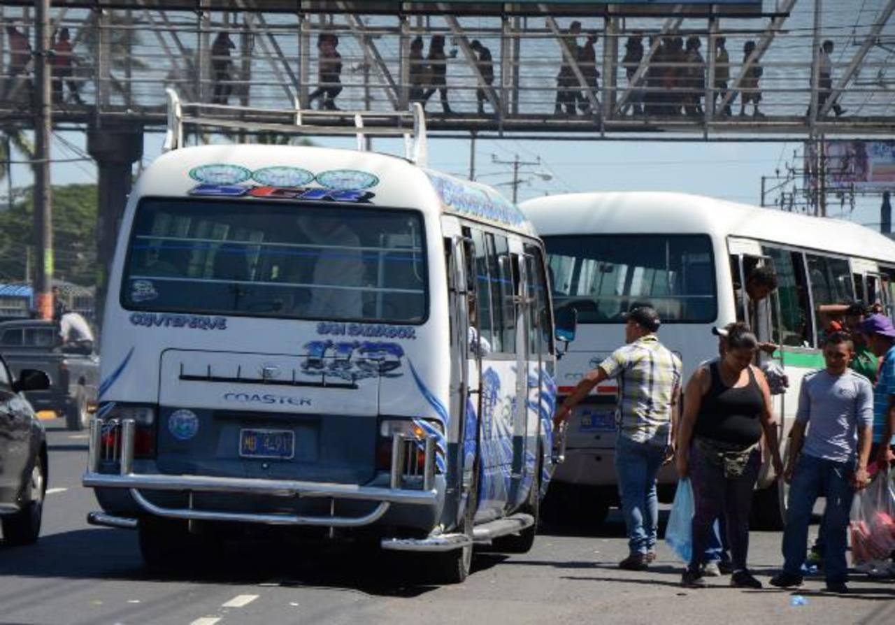 De diez a 15 empresarios de microbuseros de la Ruta 113 denuncian un supuesto complot de una gremial en contubernio con pandilleros para no dejarlos trabajar. Foto EDH / Leonardo González.