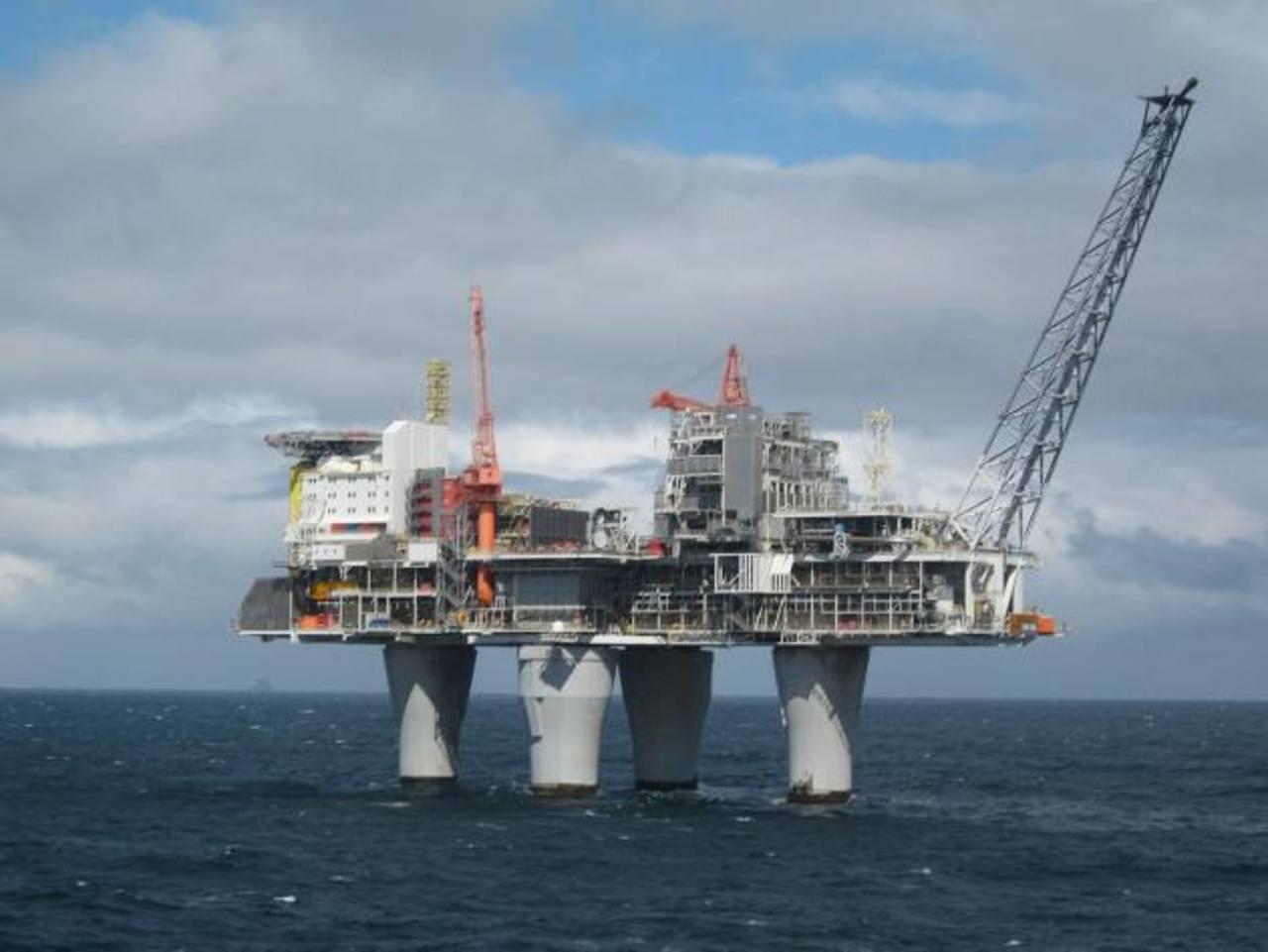 Las potencias petroleras han dicho que seguirán produciendo más crudo. Foto EDH