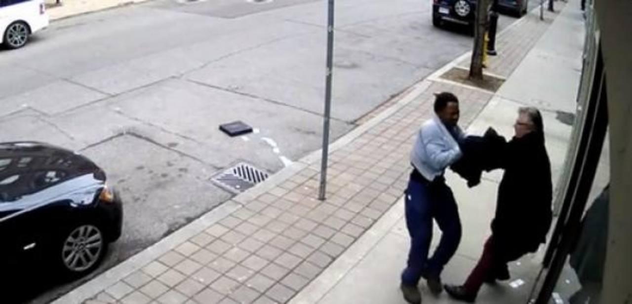 Evita que le roben maletín con dinero que luego olvida en la calle