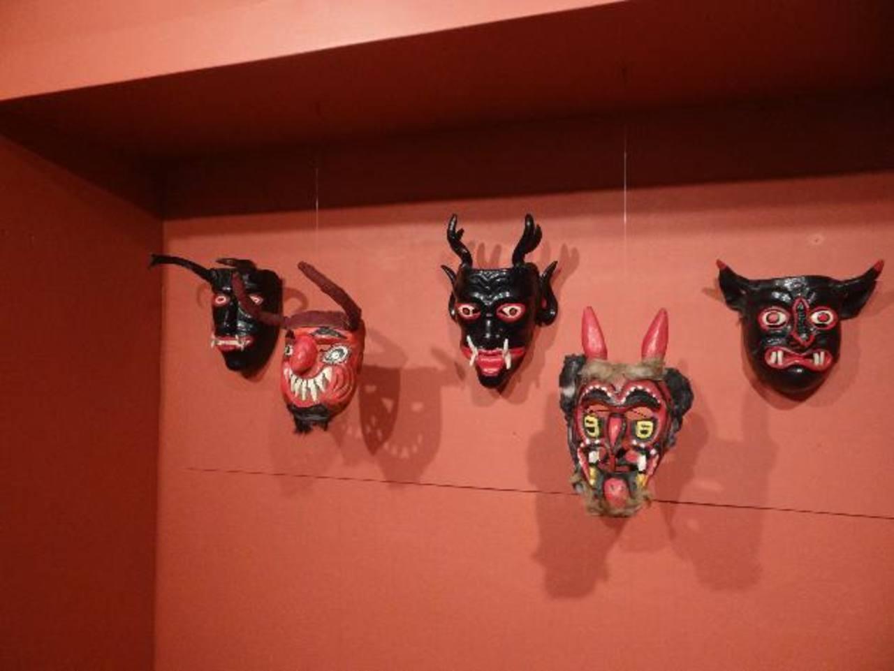 La exposición contiene una amplia muestra de máscaras talladas en madera por artistas populares.