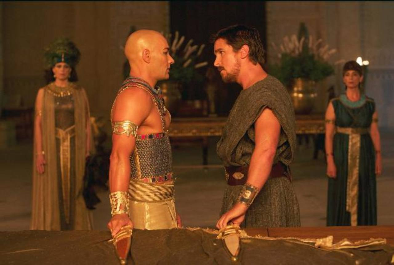 Los actores Joel Edgerton (Ramsés) y Christian Bale (Moisés).