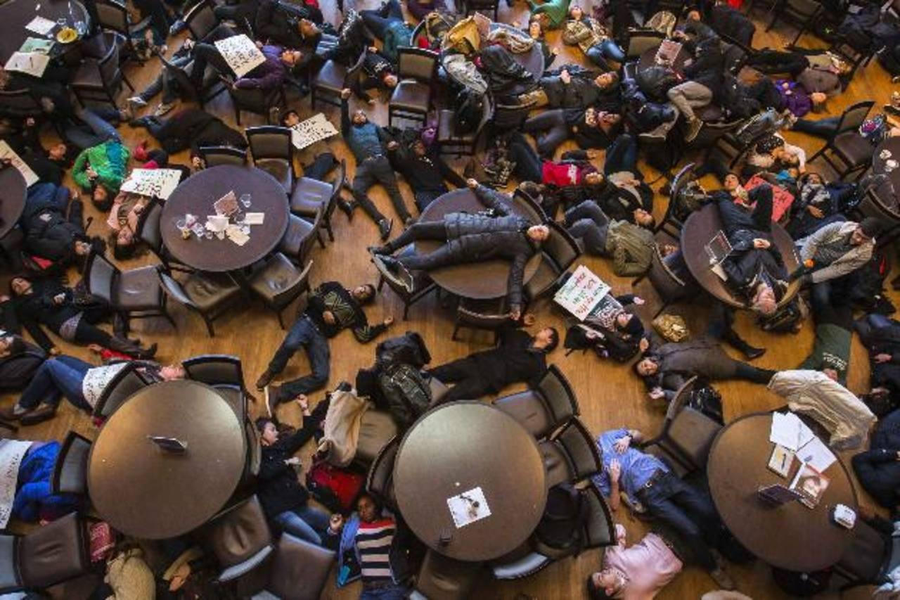 Estudiantes de la Universidad de Washington, en Missouri, protestan contra la decisión de un jurado de no imputar a un policía por la muerte del joven de color Michael Brown. foto edh /efe