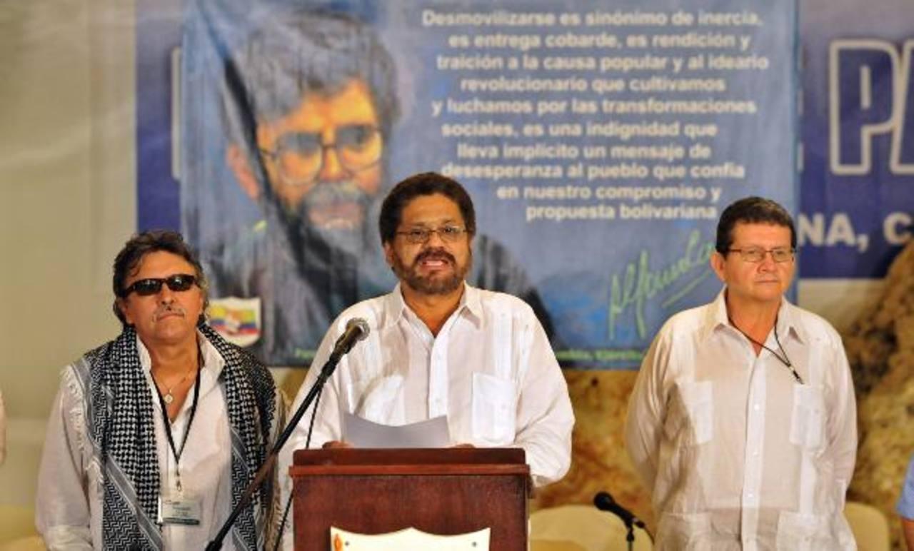 El segundo jefe de las Fuerzas Revolucionarias de Colombia (FARC), Luciano Marín (c), alias Iván Márquez, junto a sus compañeros Seuxis Paucias Hernández Solarte (i), alias Jesús Santrich; y Jorge Torres Victoria (d), alias Pablo Catatumbo. foto edh