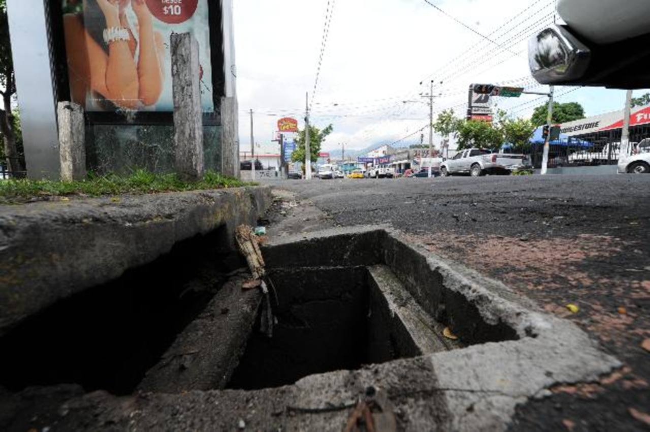 Las tapaderas que fueron encontradas en una bodega de la comuna serán devueltas a su propietario, que en este caso es el Ministerio de Obras Públicas (MOP). Foto EDH / archivo