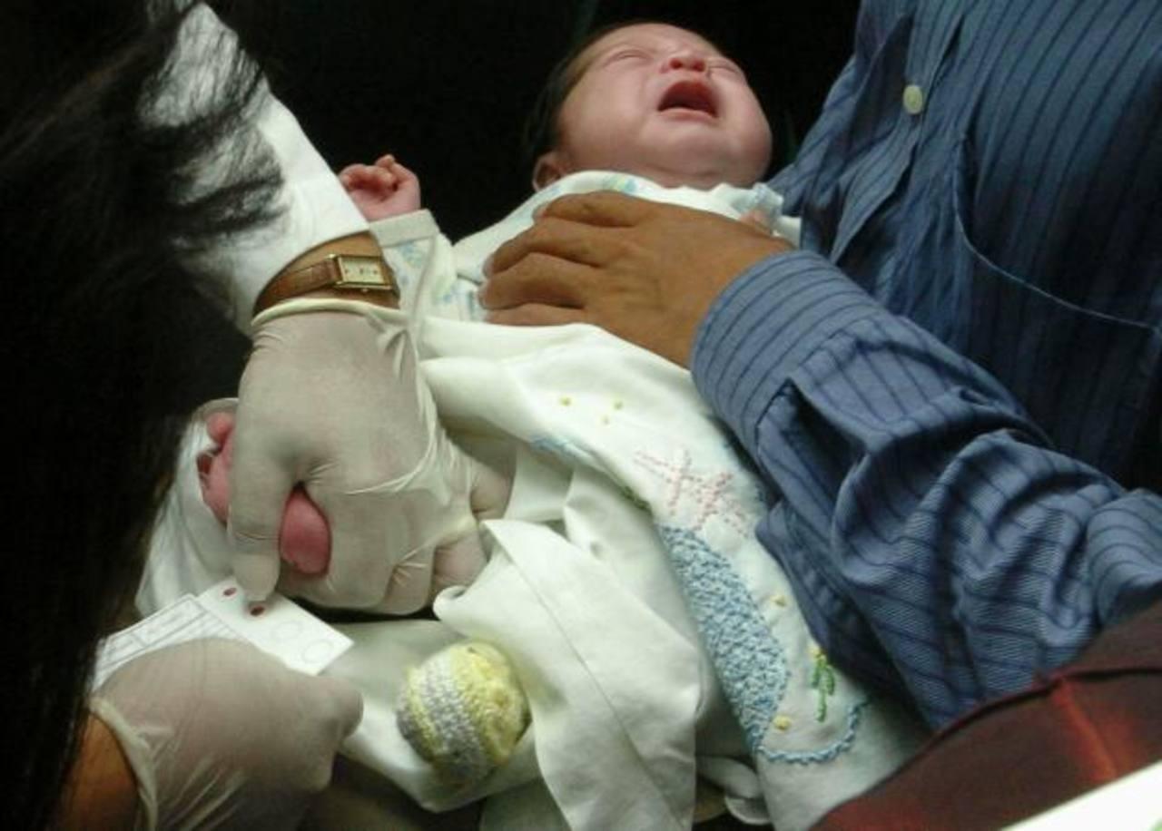 Para realizar la prueba de hipotiroidismo congénito se extraen cuatro gotas de sangre del talón del bebé. Foto edh / archivo.