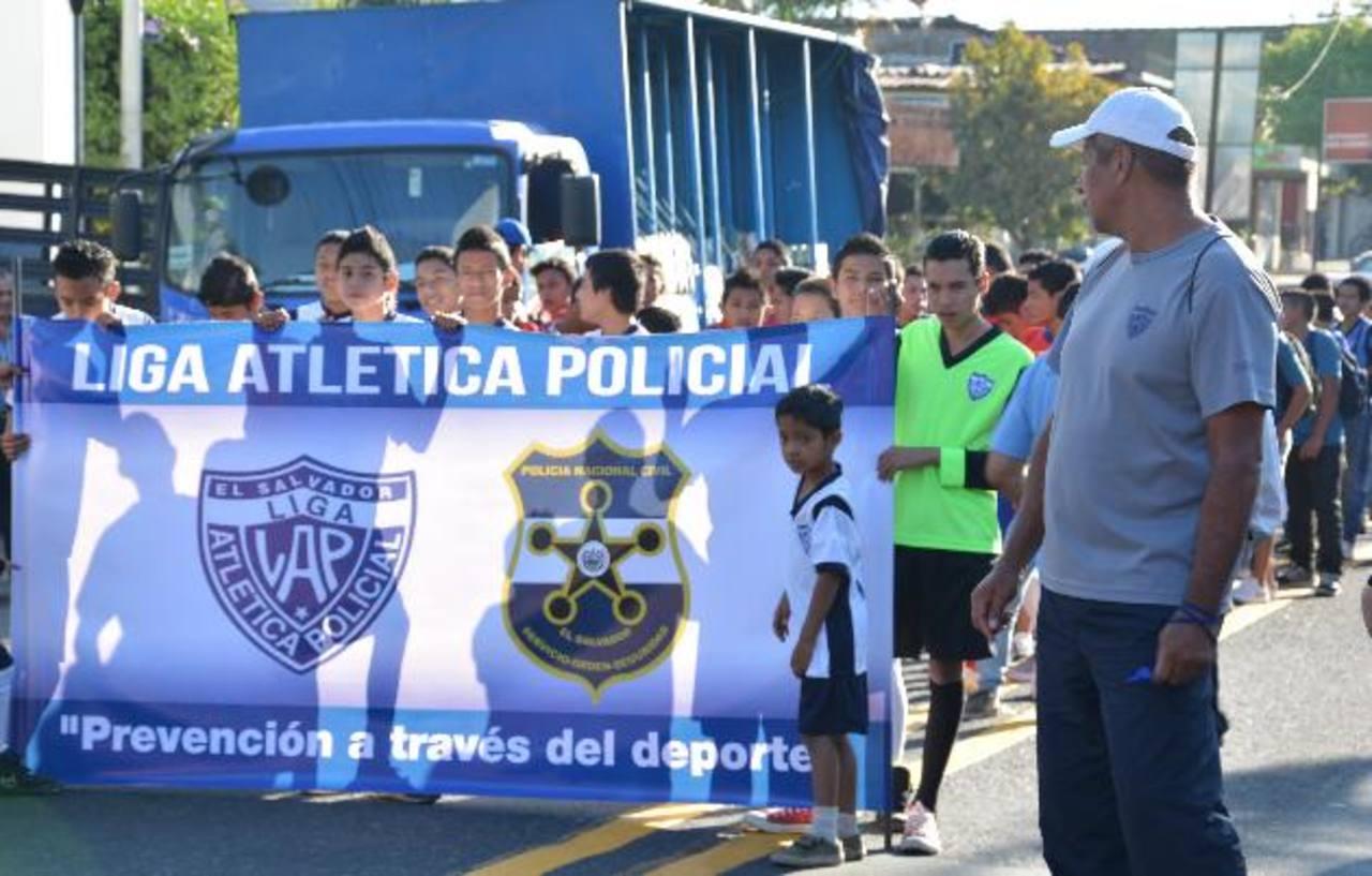 La actividad empezó con un desfile por varias calles de la ciudad. fotos edh / iris limaLas bandas estudiantiles dieron el toque de alegría al cierre de las actividades deportivas impulsadas por la PNC.