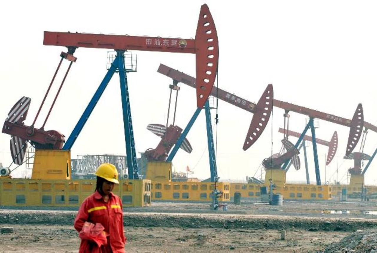El precio del petróleo van en picada. Los bancos de inversión auguran que el precio puede caer hasta los $43 en 2015. Foto EDH La OPEP controla aproximadamente el 43 % de la producción mundial de petróleo. Su mayor productor es Arabia Saudita. Foto E