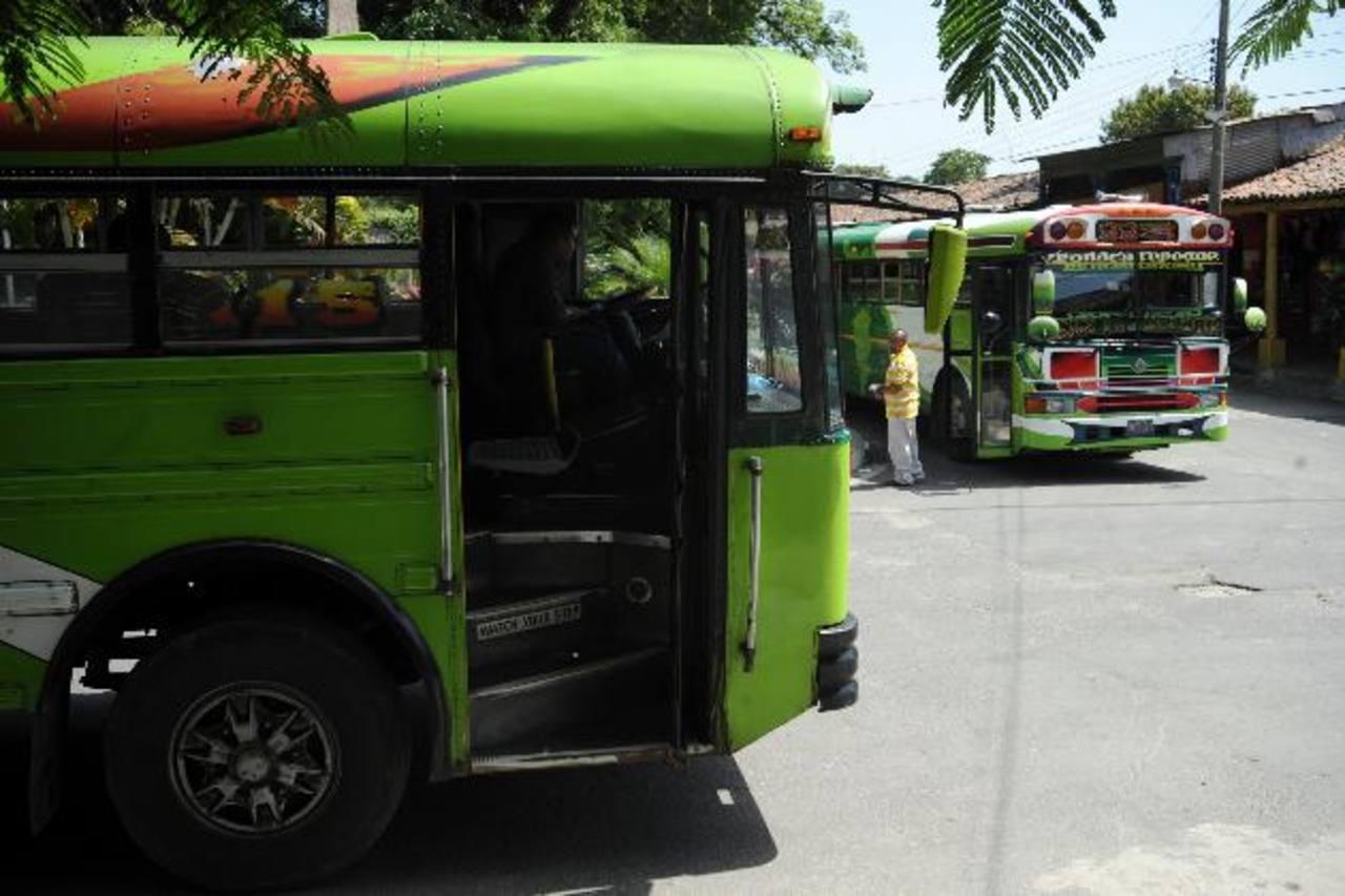 En Tonacatepeque, las pandillas instalan retenes para asaltar, registrar e identificar a los pasajeros. Foto EDH / Archivo.