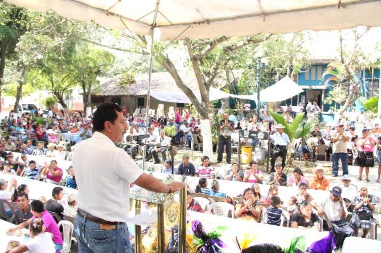 Decenas de personas asistieron al acto de rendición de cuentas del alcalde de Izalco Alfonso Guevara. Foto EDH / cortesía