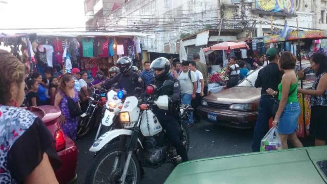 Policías en motos, en patrullas y a pie vigilan el centro capitalino con el fin de controlar la actividad delincuencial. Foto EDH / Jaime López