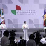 El presidente de México, Enrique Peña Nieto (c); la secretaria iberoamericana, la costarricense Rebeca Grynspan (d), y el mandatario colombiano, Juan Manuel Santos (i). foto edh / efe