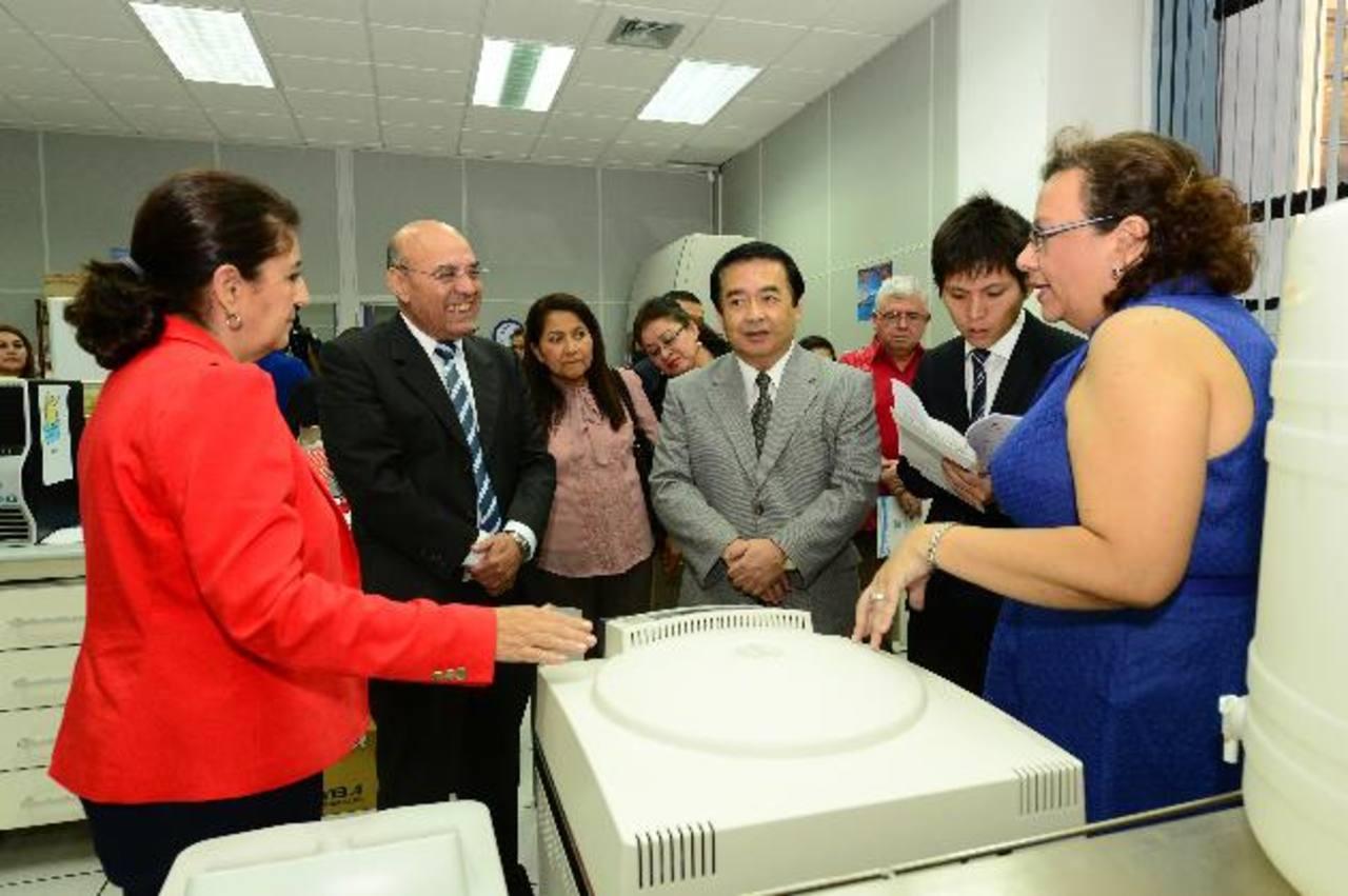El ministro de Educación, segundo a la izquierda, recibe uno de los equipos que entregó Japón. Foto EDH / JORGE REYES