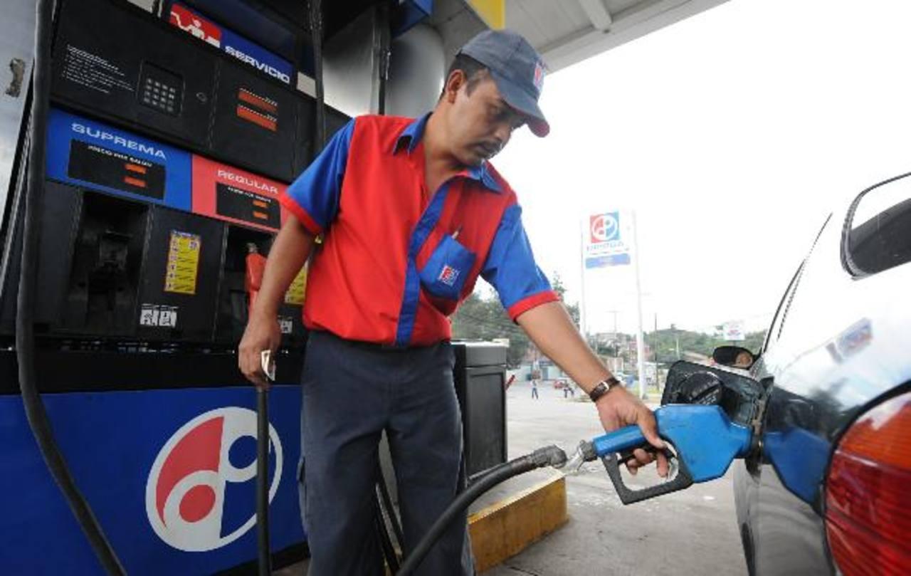 El consumo de combustible será menor este año pues la demanda bajó. Foto EDH