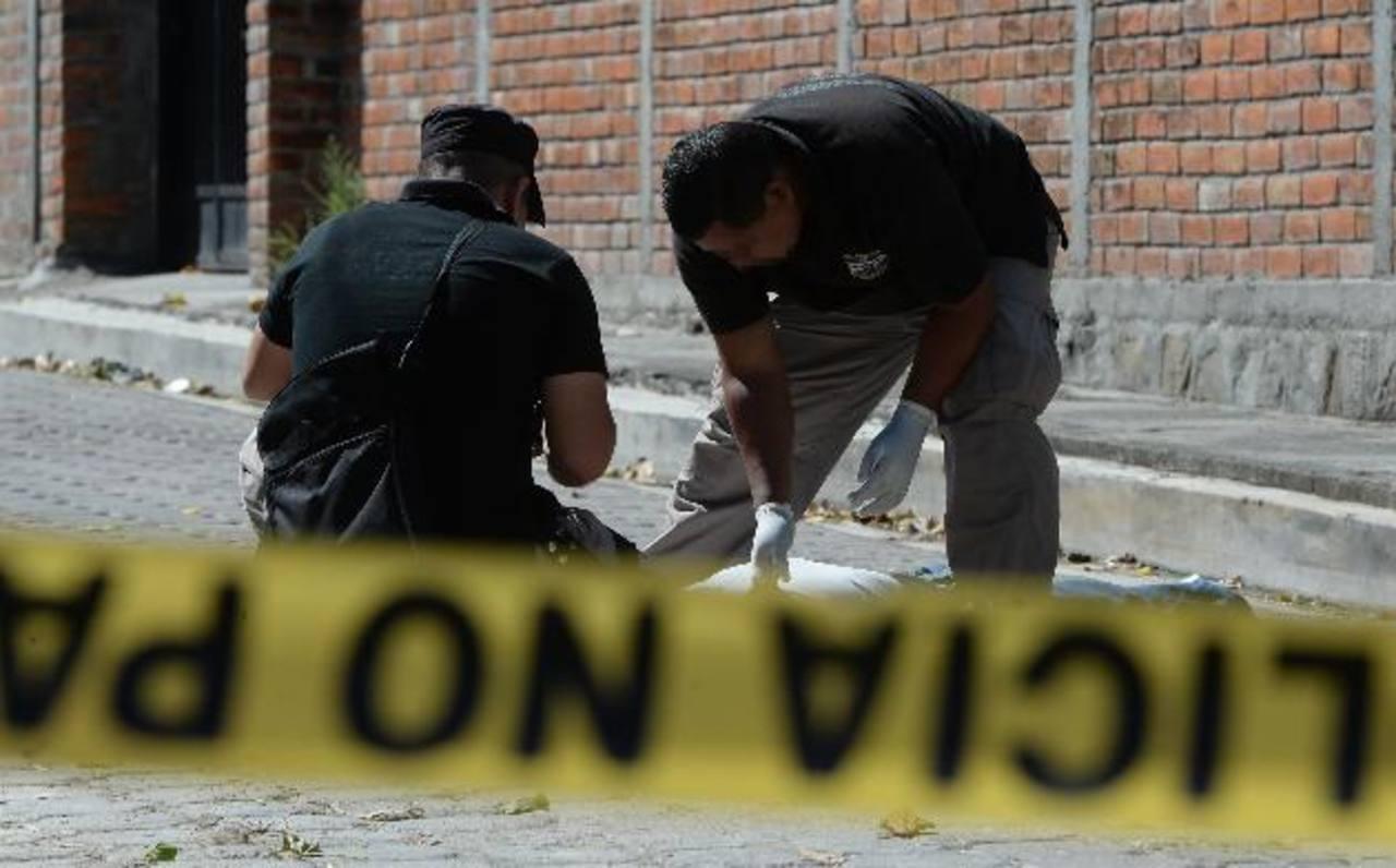 Las cifras de la Policía registran que en promedio 12 personas han sido asesinadas cada día de diciembre. Foto EDH / Archivo.