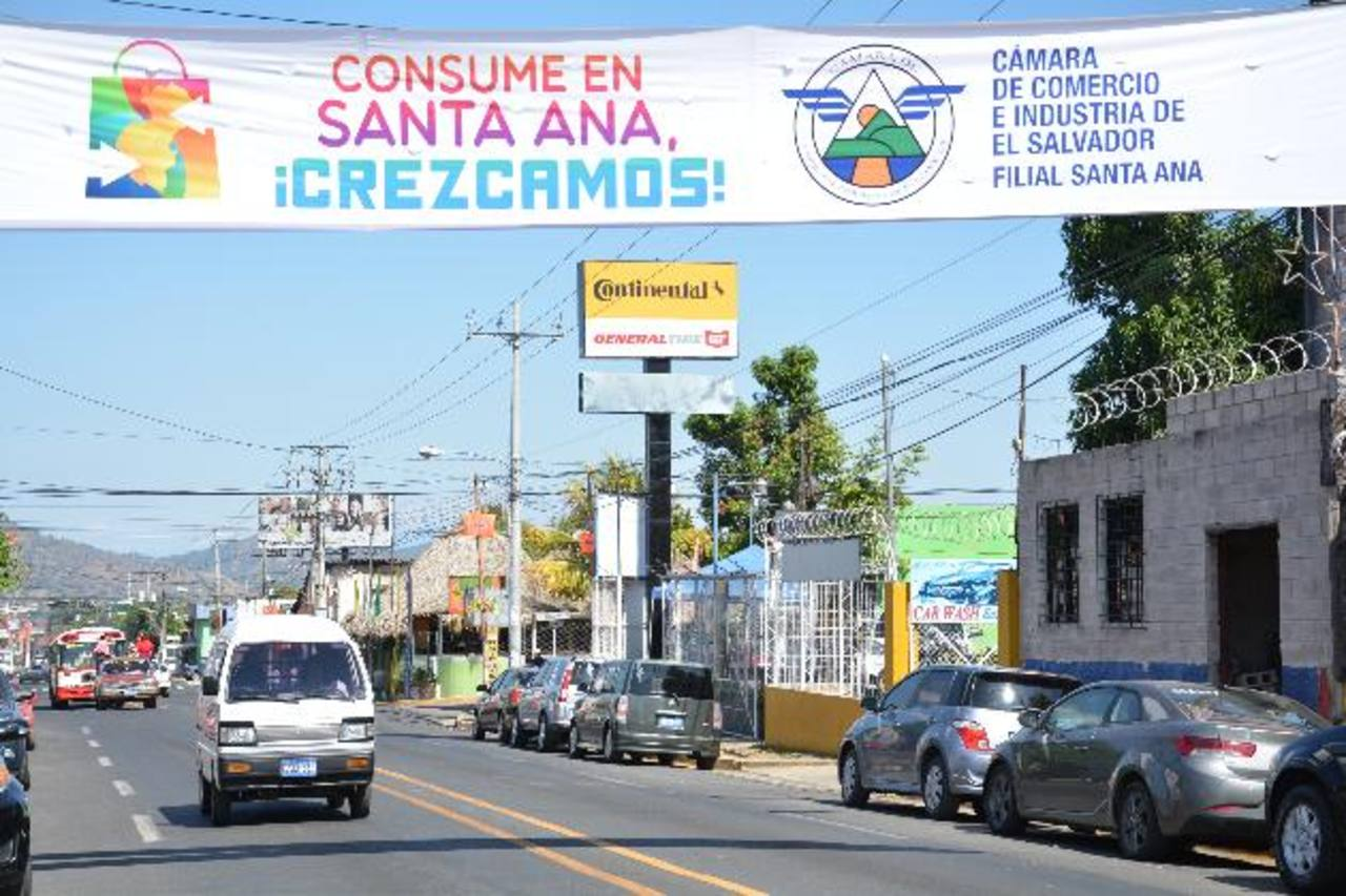 La campaña busca que consumidores santanecos adquieran sus productos y servicios en la localidad. fotos edh / iris lima.